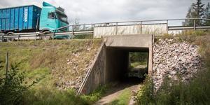Tunneln under E18 i förlängningen på den lilla vägen är en del av problemet.
