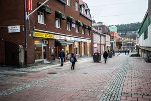 Hit, till Torggatan i centrala Örnsköldsvik, vill Odd Fellow att Frans Kempe-bysten ska flyttas.