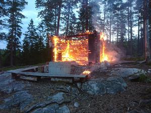 Denna grillplats räknas som iordningsställd eftersom eldningen sker i ett betongfundament. Då är det tillåtet att elda även när det är eldningsförbud, enligt reglerna. Det är extremt lätt att det flyger iväg en gnista som kan orsaka en stor brand även långt efter du har släckt grillen. Bild: Räddningstjänsten Medelpad