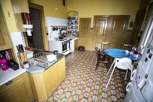 I köket finns många skåp. Den mittersta dörren går ner till jordkällaren som ligger under huset.