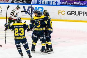 Oscar Sundh firar med lagkamraterna efter att ha utökat HV71:s ledning till 2-0 mot Frölunda.