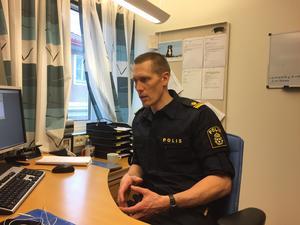 Förundersökningsledare Peter Danielsson berättar att debriefing och annan krishantering sattes in omgående  vid polisen eftersom personalen som arbetade med barnamorden i Möklinta mådde dåligt av det som hänt.