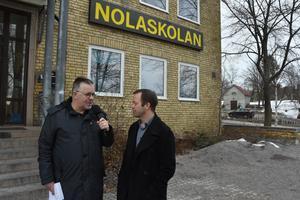 Kommundirektör Magnus Haglund meddelar beslutet i Allehandas direktsändning.