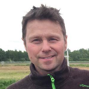 Jan-Olof Johansson avslutade lördagen med att vinna lopp 12 med Kaksi. Foto: Roland Olsen