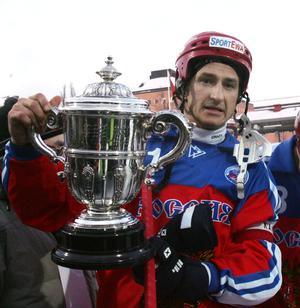 Svechnikov vann sex VM-guld under sin landslagskarriär. Här poserar han med pokalen efter 3–2-segern mot Sverige i finalen på Zinkensdamm 2006. Foto: Jonas Ekströmer / Scanpix