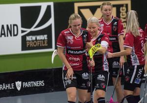 Malin Andréason tog sig illa för ena benet, ögonblicket efter att hon assisterat Anna Wijk till 4–2 mot Täby.