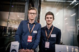 Från vänster i bild: Elias Lindberg och Oskar Hallmans från Ludvika. UF-företag: ShoePocket. Gör: En liten ficka som fästes på en sko där man kan förvara små ägodelar. Idén växte fram från träning, berättar Elias.