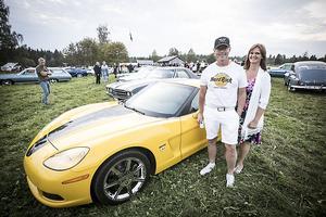 Svante Wikander med frun Janita Hallgren från Östersund med sin knallgula Chevrolet Corvette.