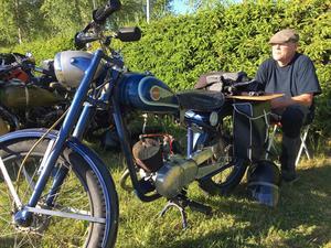 Göran Sjögren kom till Leksand från Falun på sin Monark Modell 77, årsmodell -52. – Det är alltid kul att komma hit och träffa lite bekanta, säger han. Grabben brukar följa med, men idag jobbar han,  så jag tog en tur själv.