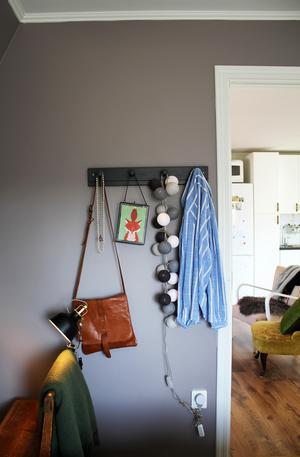 På en kroklist i sovrummet hänger olika vackra ting.