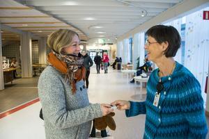 Caroline Starlander, donationsansvarig läkare på Region Jämtland Härjedalen har under veckan delat ut donationskort till besökare på Östersunds sjukhus, som här till Katarina Borg, Östersund.