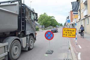 När cykelbanan breddas försvinner möjligheten att parkera längs gatan. Körfältet smalnas av och bilar som hamnar bakom en buss får vänta under på- och avstigning.