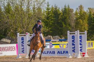 Josefine Nykvist och Quwita B gjorde bra ifrån sig under grundseriehoppningarna hos Sportriders i maj.