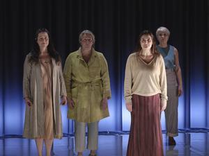 Sångsolisten Klara Ek framför körsångarna Karin Lundholm, Anna Bergendahl och Anna Olausson. Bild: Micke Sandström
