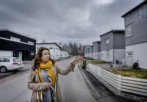 Bland garageuppfarter och välansade rabatter kom de två älgarna guppande när Marika Kärling och hennes familj satt och åt middag i lördags.