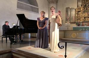 Den kände danske pianisten Ulrik Stærk beskrev flygeln i kyrkan som en av de tre bästa han någonsin spelat på. Cornelia Beskow framför en duett med Ingeborg Børch. Foto: Cari Hildebrand