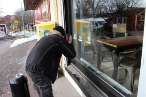 På förmiddagen den 6 april genomförde tekniker från polisen en undersökning både utanför och inne i butiken. Nu vet man med säkerhet vilket vapen som användes vid skottlossningen.