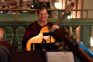 Ewa Nylander efter en lyckad session med gitarrorkestern.
