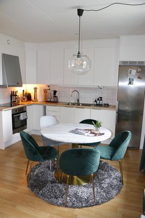 I Bo-klok-huset ligger kök och vardagsrum i olika ändar av samma rum.  Praktiskt och en morot för att hålla snyggt, tycker Vilhelm.