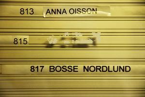 Kvar på tavlan vid entrén står Annas och Bosses namn – själva har de flyttat till nya boenden.