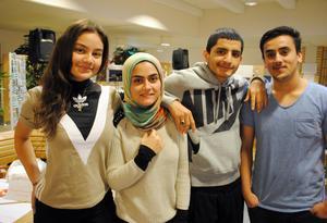 Madeleine Karlsson, Sahar Yaqubi, Safin Jalal och Shapoor Hamidullah vid Martin Koch-gymnasiet i Hedemora har gjort en insats för världens barn genom att arrangera Musikhjälpen. Foto: Privat.