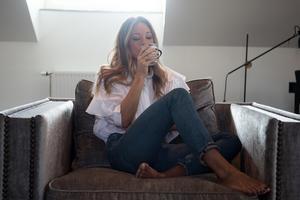Nicole Nordin trivs när hon får flytta upp i sin fåtölj och bo där.