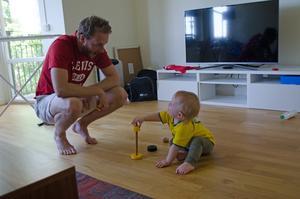 Det är inte bara pappa som får dra på sig en gul landslagströja, även Colin har en.