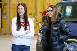 Johanna Larsson och Saga Nilsson tycker att det är bra att skolan erbjuder så mycket praktik.