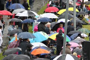 Regnet orsakade svårigheter på Johannisbergs flygfält, lösningen blev att hälla grus över hela markområdet. Foto: Lennye Osbeck