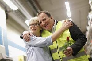 En Tidaholmskram: Statsminister Stefan Löfven (S) får en kram och en röd ros av Inger Elmlund under besöket på Marbodals fabrik i Tidaholm 2017. Foto: Adam Ihse