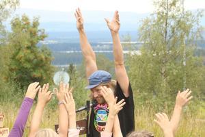 Emil Eklöv sjöng och spelade när den nya lekparken invigdes. Foto:  Ernst Norenius