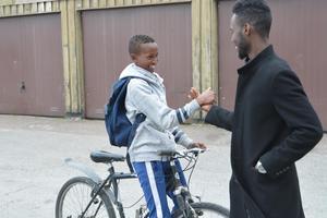 Mahamud Osman hälsar på Maslah Omar. Mahamud spelar i Dalkurd, men vill en dag spela i Swesom.