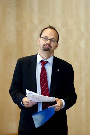 Socialförsäkringsminister Tomas Eneroth (S)   Har sakkunskapen och förtroendet som krävs för att styra sossarnas hjärtefråga: Bidrag.