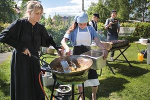 Kökschefen Ingrid Jonsson hjälpte skolungdomarna Miranda Lagerhäll, Max Eriksson och Edvard Ekeström från friskolan Vintergatan att laga mat och servera under den kulturhistoriska festivalen.