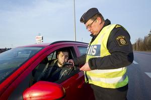 Blåser grönt. Extra många nykterhetskontroller görs längs vägarna den här veckan. Tobias Grankvist från Virsbo får blåsa för trafikpolisen Göran Bäckman. Och han blåser grönt.
