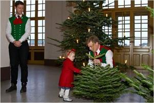 Per Östman och Patrik Isacsson som överlämnar en julgran till prinsessan Estelle.