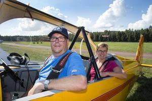 Conny och Siv Målqvist i sin RV-4 från Vingåker landade under lördagsförmiddagen.