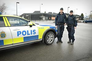 Polisassistenterna Therese Nordlender och Peder Nordberg patrullerar  numer förbi Skarpåkersskolan då och då för att stopa buskörningarna.