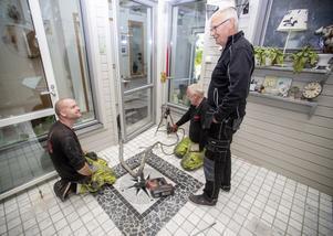 Det västkustska företaget Golvlyftarna AB är på plats vid Gnistens Gränd på Gävle Strand och hjälper fastighetsägarna att lyfta betongplattorna. Bo Andreasson och Mattias Mårtensson, till vänster i bild, har jobbat många år med tekniken. Hemma hos Ing-Marie och Dan Andersson lyfter de atriumgolvet cirka 70 millimeter.