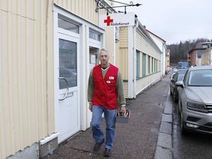 Hemmafixaren Roland Persson inom Lindesbergs Röda Kors-krets är på väg för att utföra ett uppdrag.