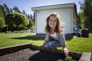 Mikaela Pärlsjö, 36, är sedan fjolåret en ny medlem i koloniträdgårdsföreningen i Högsta i Arboga.