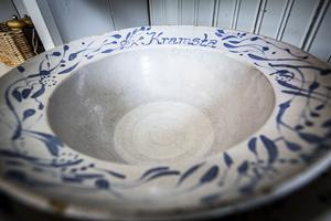 tobias annerhult har letat detaljer till sin lanthandel. Bland annat tallrikar från Kramsta som kommer att finnas i restaurangdelen.