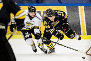 Eric Norin i kamp med Panterns Olle Liss.Foto: Petter Arvidson / Bildbyrån