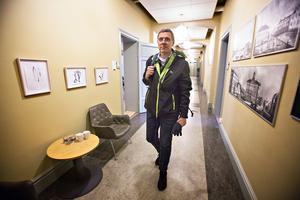 Några dagar efter attt han fyllt 53 blir kommunalrådskorridoren i Stadshuset Erik Holmestigs nya arbetsplats.