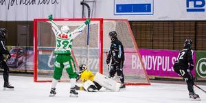 VSK jublar efter Joel Engströms 2–1 i den första halvleken.