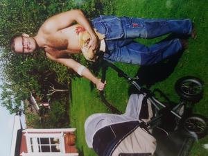 Ulrikas man Stefan med dottern Clara i barnvagnen och tuppen Ragnar på armen.Foto: Privat