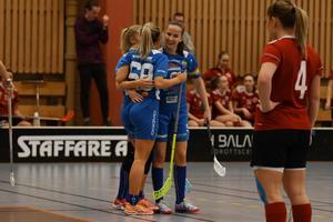 Emilia Hansson klappas om efter sitt mål.