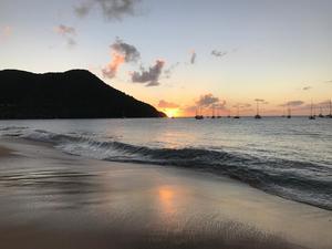 St Lucia i Karibien, där killarna var när NP nådde dem på telefon, har höga berg, regnskog och stränder. Foto: Privat