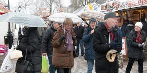 Paraplyer brukar inte höra vintermarknader till, men i Köping var de ett måste denna februarilördag. Bild: Anders Brage