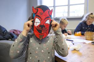Ester Jemt, 6 år, har gjort något slags djävulsmask.
